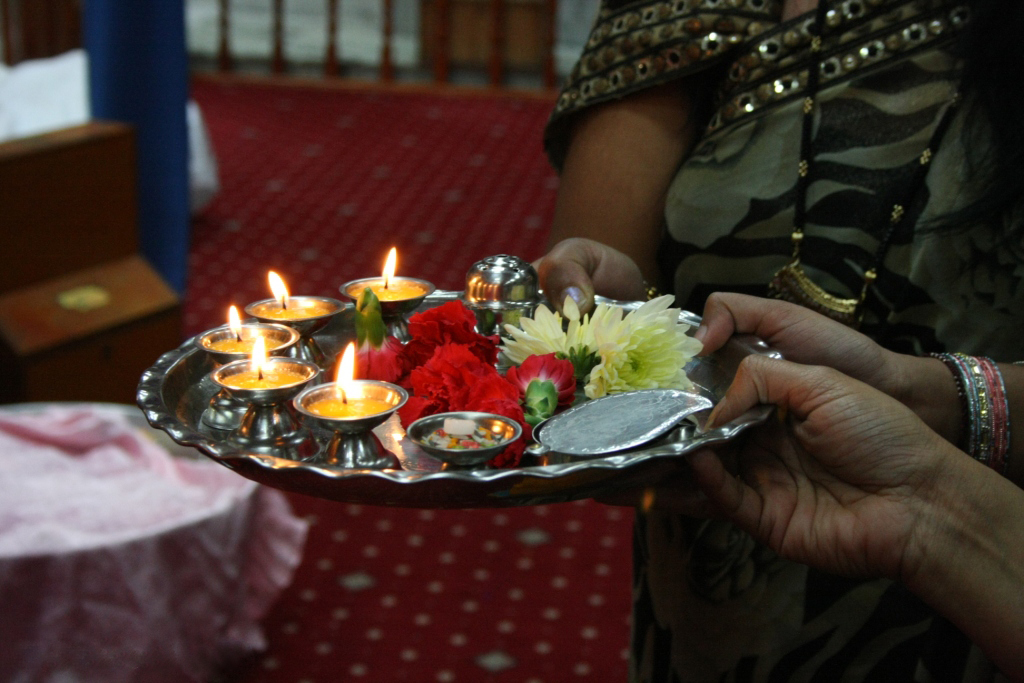 Prayer plate with lamps and flowers